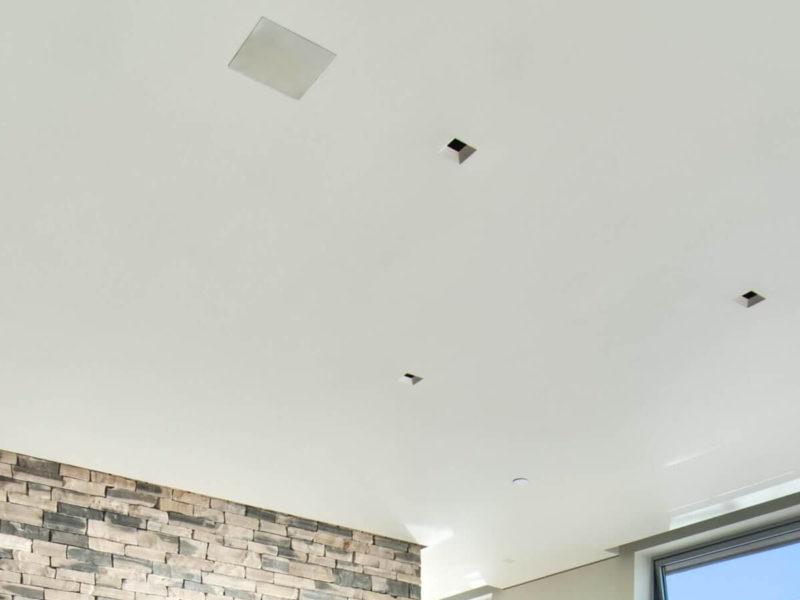 altavoces empotrados en el techo